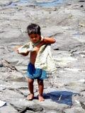 站立在岩石的小男孩 免版税图库摄影
