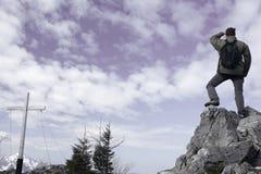 站立在岩石 免版税库存图片
