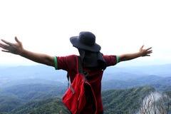 站立在峭壁的一个人 免版税库存照片