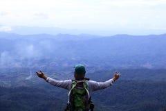 站立在峭壁的一个人 免版税图库摄影