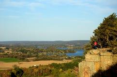 站立在峭壁的人在直布罗陀岩石状态自然地区 免版税库存图片