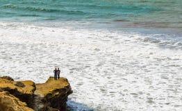 站立在峭壁的孤零零夫妇俯视太平洋 库存图片