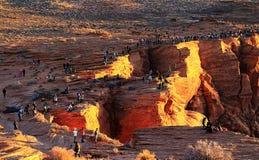 站立在峭壁边缘的游人在页,亚利桑那的马掌弯 免版税库存图片