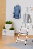 站立在工作室的梯子 库存照片