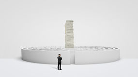 站立在巨大的堆金融法案耸立在中心的一个白色圆的迷宫前面的小商人 图库摄影