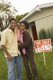 站立在广告牌前面的家庭 库存照片