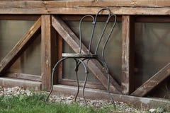 站立在庭院里的一把孤立椅子 库存图片
