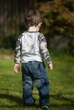 站立在庭院里的小孩 免版税库存图片
