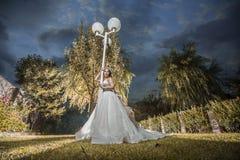 站立在庭院里的新娘 图库摄影