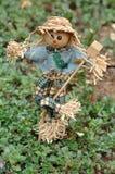 站立在庭院里的稻草人小雕象 图库摄影