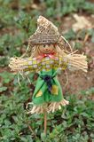 站立在庭院里的稻草人小雕象 库存图片