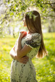 站立在庭院里的美丽的女孩 库存图片