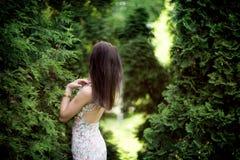 站立在庭院,夏天里的妇女 库存图片