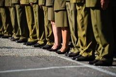 站立在形成的制服的战士在军事仪式期间 免版税库存图片