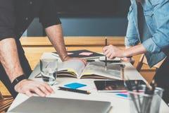 站立在彼此前面的男人和妇女近的桌在积极的姿势和争论,安置手在桌 免版税库存图片