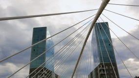 站立在彼此对面的两个高办公室摩天大楼大厦在毕尔巴鄂 股票录像