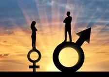 站立在性别标志的一个大男人和一名小妇女的剪影 免版税库存照片