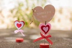 站立在情人节、爱和rom的水泥地板上的心脏 免版税库存图片