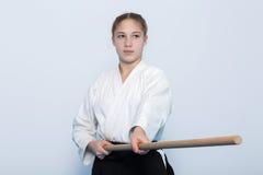 站立在战斗的姿势的黑hakama的一个女孩 免版税库存照片