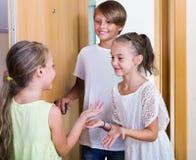 站立在房子入口的三个孩子 免版税图库摄影