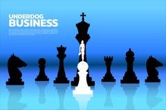 站立在所有的白色典当棋子的女实业家剪影黑棋子前面 皇族释放例证