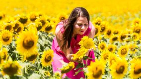 站立在托斯卡纳的女孩在夏天调遣 免版税图库摄影