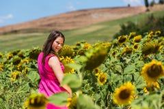 站立在托斯卡纳的女孩在夏天调遣 免版税库存图片