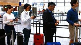 站立在报到的队列的通勤者 影视素材
