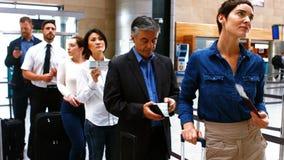 站立在报到的队列的通勤者 股票录像