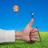 站立在拇指,别的顶部的商人在有20的气球 免版税库存图片