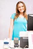站立在收款机的推销员在时尚商店 库存照片