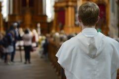 站立在教会末端的男修道士 免版税库存图片