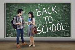 站立在教室的亚裔学生 免版税库存图片