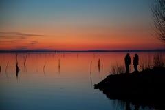在日落的夫妇 免版税库存图片