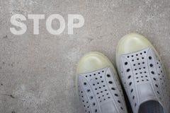 站立在有中止概念的一条路的鞋 免版税库存图片