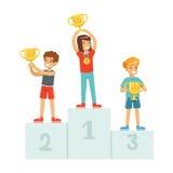 站立在有得奖的杯子和奖牌的,体育在垫座动画片传染媒介的运动员孩子优胜者指挥台的愉快的孩子 向量例证