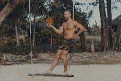 站立在木摇摆的年轻英俊的人 免版税库存图片
