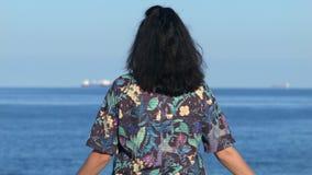 站立在木码头的妇女调查距离 4K 股票录像