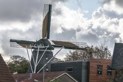 站立在村庄的荷兰风车 库存照片
