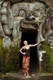 站立在果阿Gajah的少妇 免版税库存照片