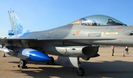 站立在柏油碎石地面的F-16 免版税图库摄影