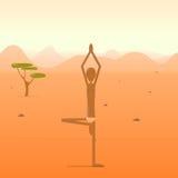 站立在树姿势的信奉瑜伽者在沙漠 免版税库存照片