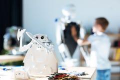 站立在桌上的白色机器人玩具 免版税库存图片