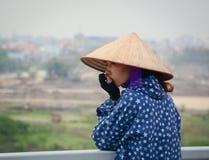 站立在桥梁的妇女在海防,越南 库存照片