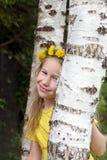 站立在桦树树干中的小女孩 库存图片
