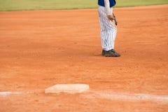 站立在棒球场的球员 免版税库存图片