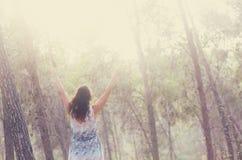 站立在森林图象的少妇超现实的照片是织地不很细和定调子 梦想的概念 图库摄影