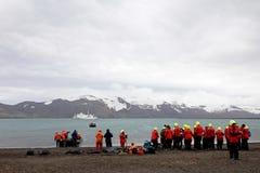 站立在欺骗岛,南极洲的人 免版税库存照片