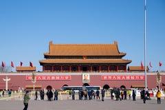 站立在毛泽东前陵墓的中国常驻访客和游人人群在天安门广场在北京,奇恩角 免版税库存图片