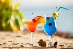 站立在沙子的五颜六色的鸡尾酒 图库摄影